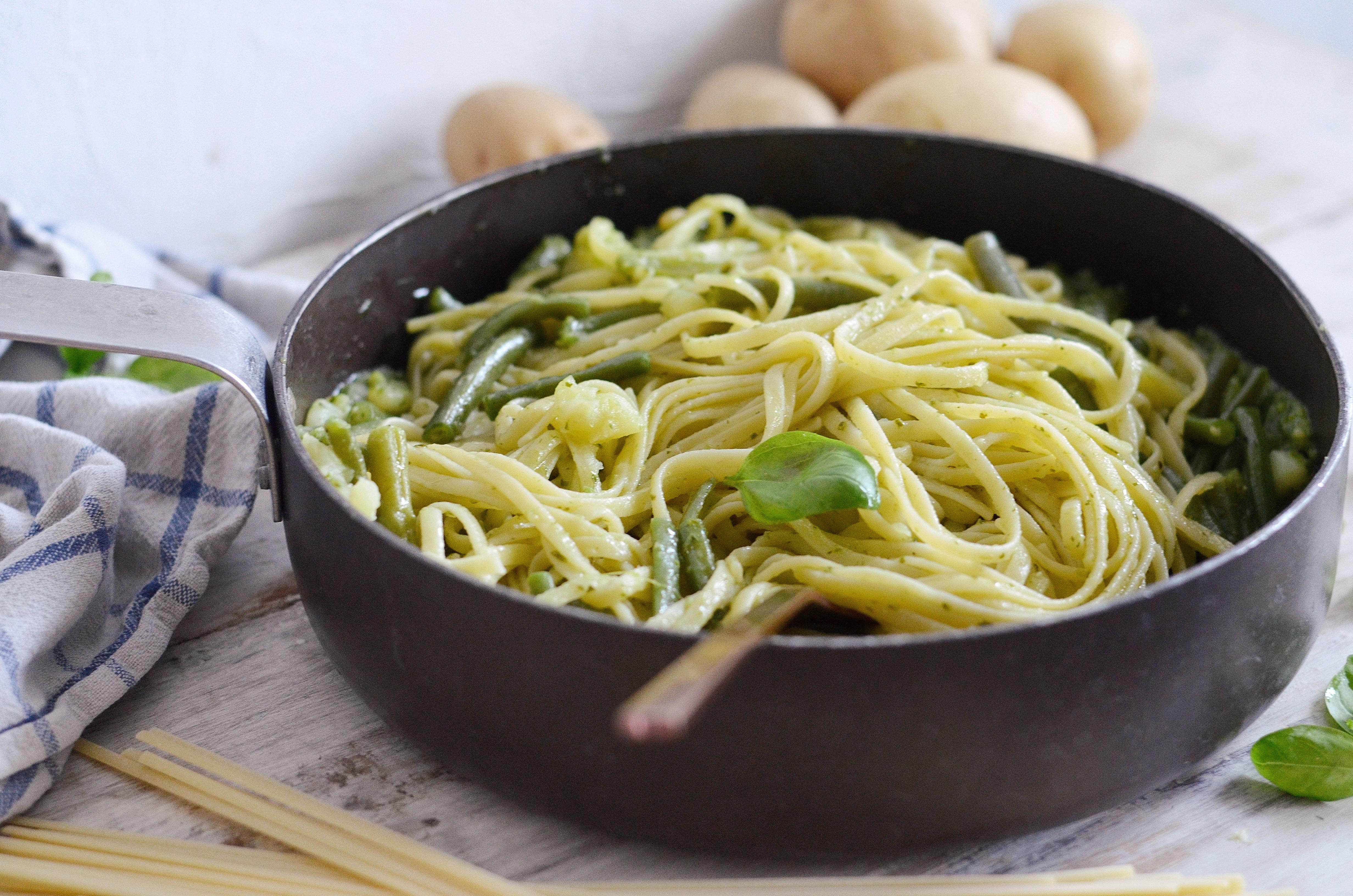 Pasta al pesto, fagiolini e Patata di Bologna D.O.P.