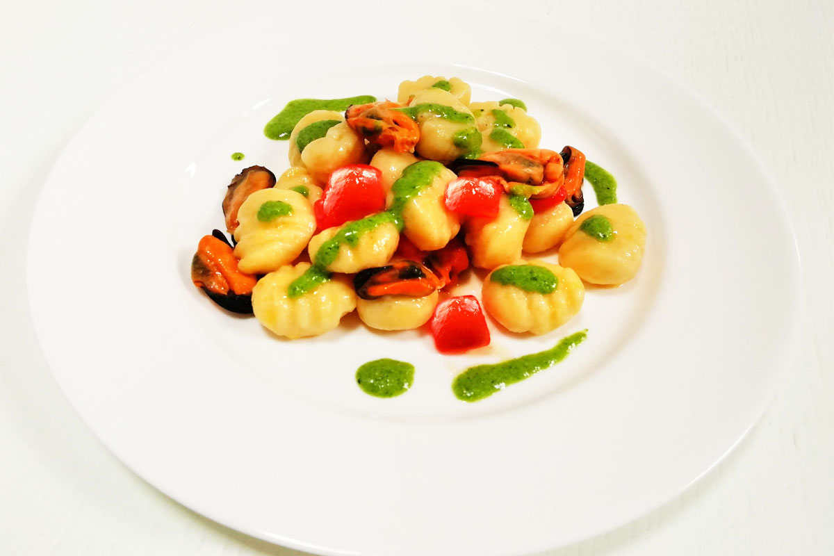 Gnocchi di Patate di Bologna D.O.P. con cozze, pomodoro concassé e pesto di rucola
