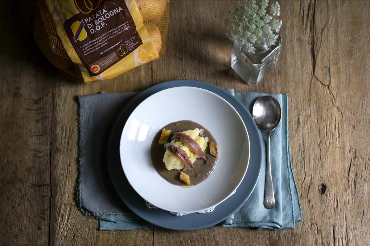 Patate di Bologna D.O.P. con alici su crema di radicchio rosso