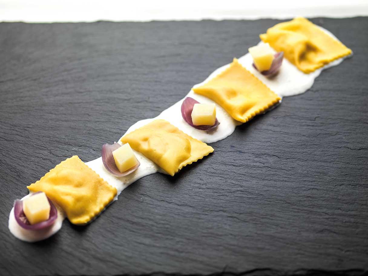 Ravioli di Patate di Bologna D.O.P. con cipolla rossa su latte di burrata