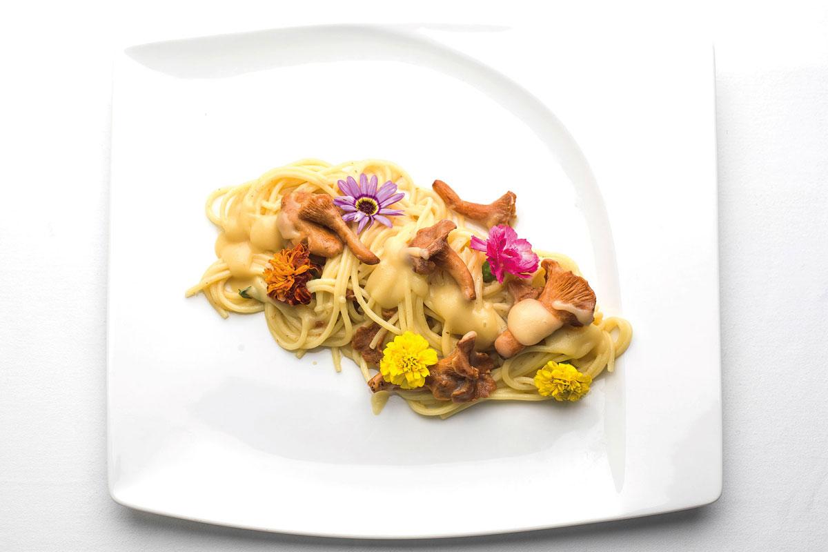 Spaghetti con crema di Patate di Bologna D.O.P. e funghi.