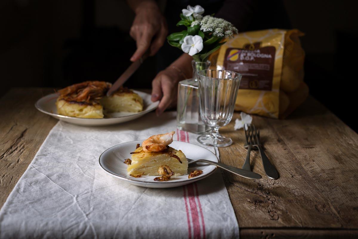 Tortino di Patate di Bologna D.O.P. con fili di cipolle croccanti e gamberi